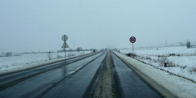 Schnee auf der Straße kurz vor der bulgarischen Grenze