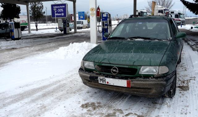 Mein alter Opel Astra an einer bulgarischen Tankstelle. Elke kauft gerade die Vignette.