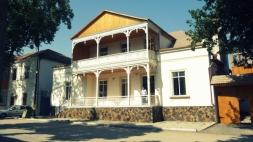 Renoviertes Haus in Helenendorf (Göygöl, AZ), siehe besonders den Sockel.