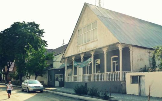 Dieses Haus in Helenendorf (Göygöl, AZ) haben sie wohl vergessen.