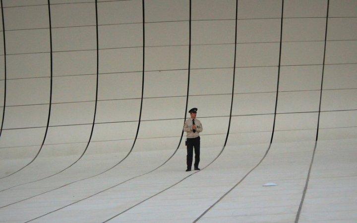 """""""Outside of the Heydar Aliyev Center in Baku, Azerbaijan"""" (© Grzegorz Wąsik). Das wird wohl das Titelbild des Sammelbands."""